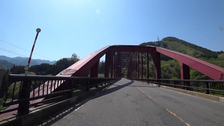 三国峠はなだらかな上り坂と緩やかなカーブが続きます この新三国大橋から三国峠まで55個のカーブが続きます