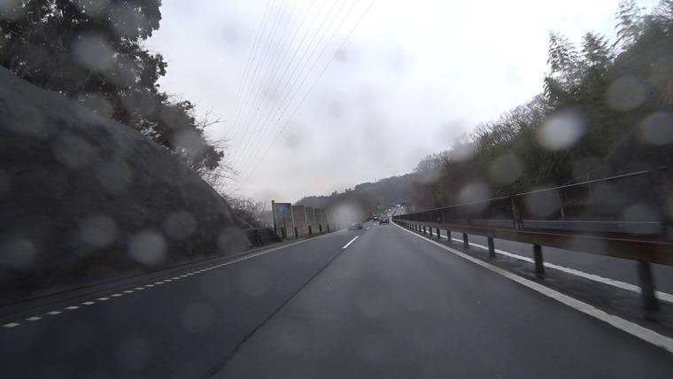 小田原厚木道路に入ったところで雨が降ってきました・・・