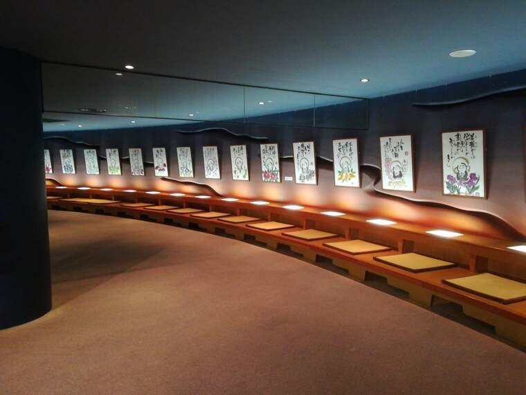 展望台から下りてくると壁一面すべて小さい四角いスペースに仏体が安置されている空間や写経体験ができる空間がありました