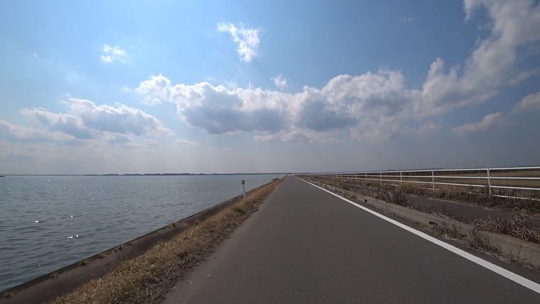 対向車もほぼなく、道も舗装されているので速度を出したくなります