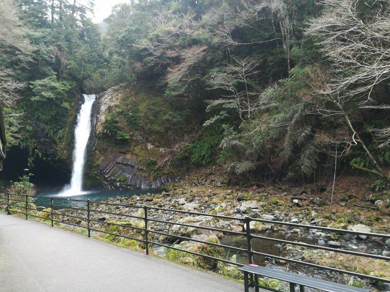 落差が25m、幅7m。日本の滝100選にも選ばれてます