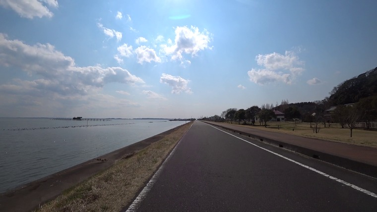 迂回から戻って湖沿いを走ります