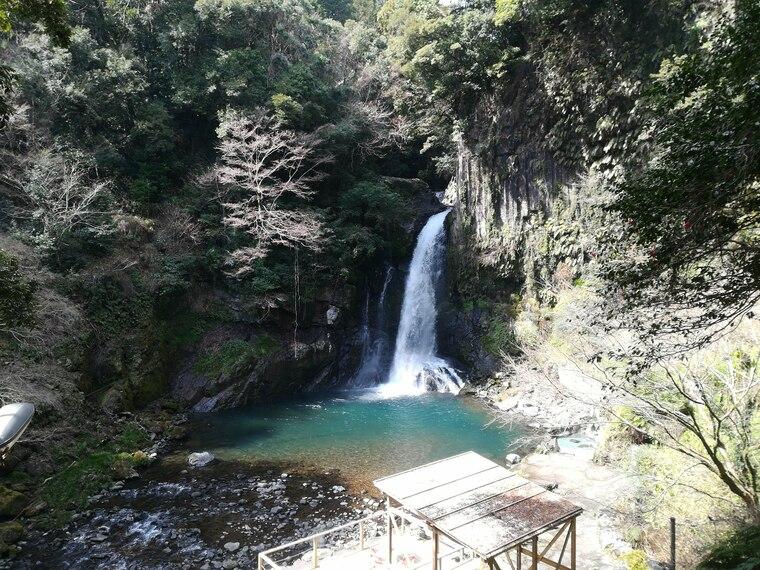 まず大滝。高さ約30メートル・幅約7メートルあり、七滝の中で最大の滝