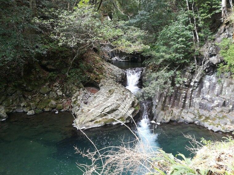 出合滝(であいだる)は高さが約2メートル・幅が約2メートル。 2つの川がこの場所で出合って、ひとつの流れになることから出合滝とのこと