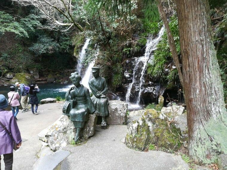 初景滝(しょけいだる)は、高さ約10メートル・幅約7メートル。 滝の近くには川端康成「伊豆の踊り子」をモチーフにしたブロンズ像があります
