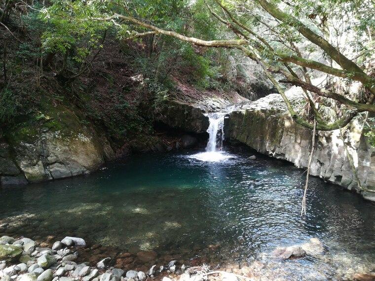 蛇滝(へびだる)は、高さ約3メートル・幅約2メートル。 蛇滝の由来は、玄武岩の模様が蛇のうろこに見える事から名付けられたらしいです