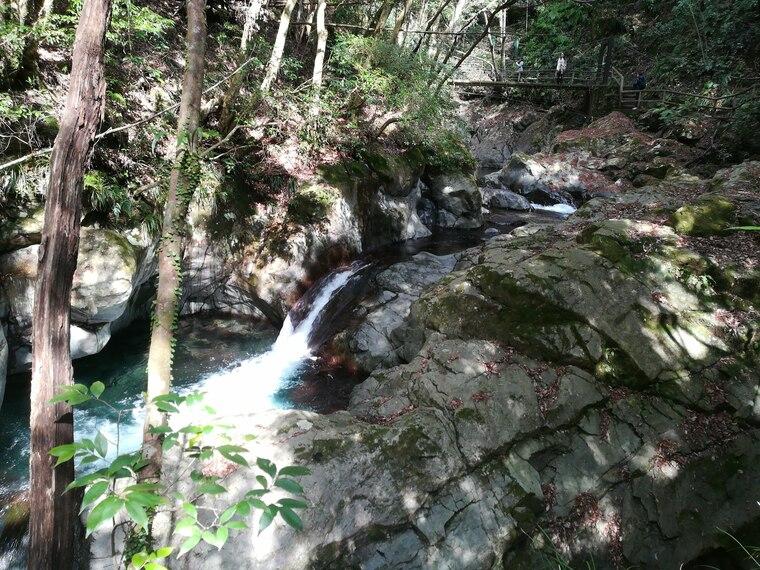 えび滝(えびだる)は、高さ約5メートル・幅約3メートル。 えび滝の由来は、海老の尾ひれに滝の形が似ていることから