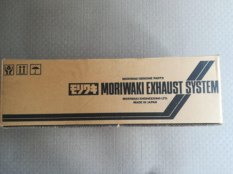 今回選択したのはMORIWAKIのスリップオンマフラーです 色はWT(ホワイトチタン)