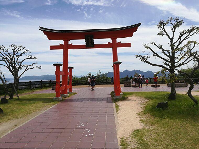 宮島SAの中に、鳥居が立っていました。 厳島神社の鳥居を模して作られた3分の1のサイズとのことです