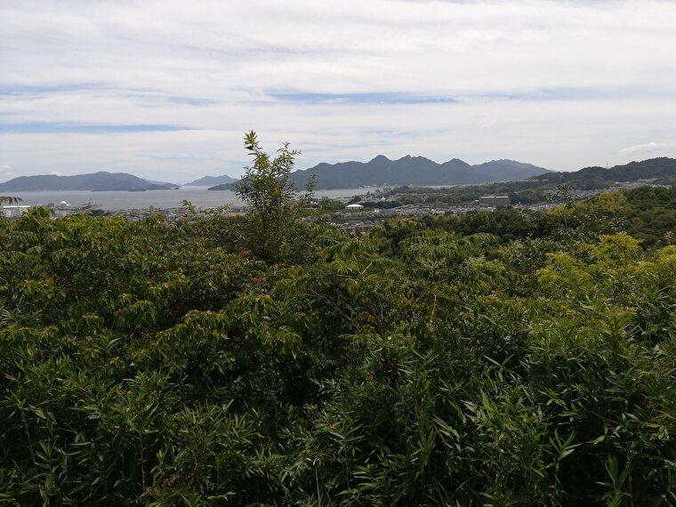 鳥居の先には瀬戸内海や宮島の眺望を見れる展望広場がありました いい景色です。