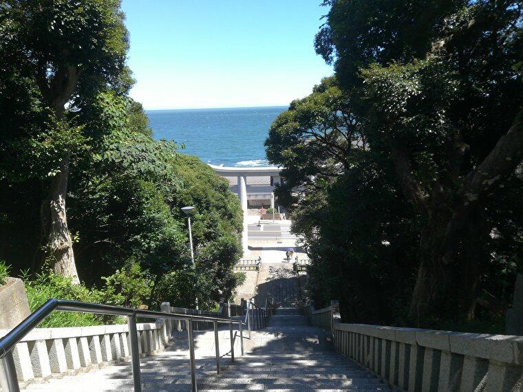 目の前が海の神社。社殿から二の鳥居方面は海が良く見えてきれいです