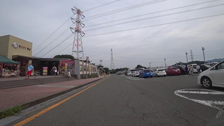 九州自動車道・基山PAに到着 長崎自動車道に入る直前で最後の休憩です 座りっぱなしの痛さは既に限界を超えてますが、もうすぐ着くテンションで頑張っている状態です