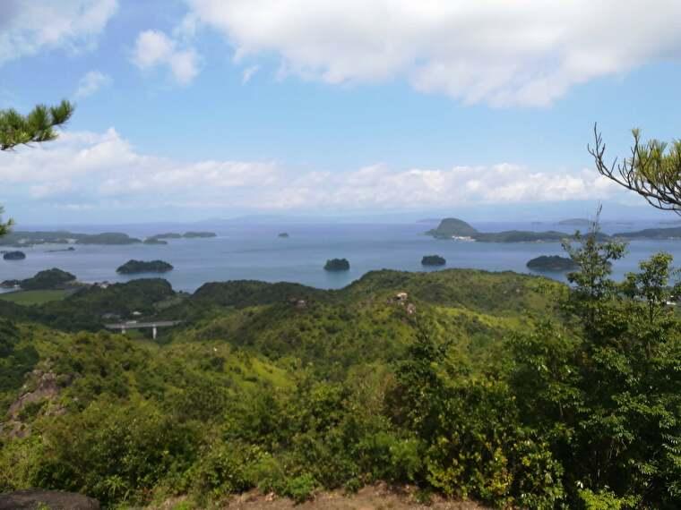 そんなに登るわけではないですが、さすがに真夏はきつい。 汗ダラダラになりましたが、景色は天草の島々が見渡せて絶景
