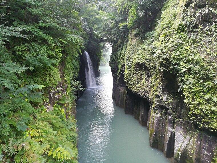 高千穂峡のシンボル「真名井の滝」。日本の滝百選にもなってます 夏はライトアップもしているようです。 近くに貸しボートがあり滝を見上げることもできますが、朝早かったので貸しボートはまだ営業してませんでした