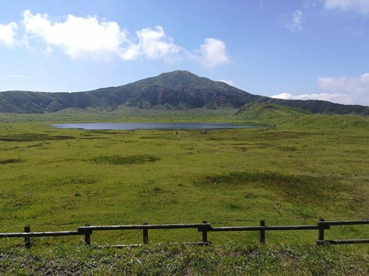 阿蘇パノラマラインの目的地 牧草地と直径1kmの大きな池があり、のどかな風景が広がってます