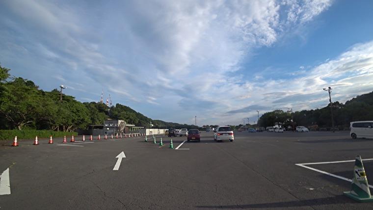 駐車場へ到着。ここから展望台まで無料のシャトルバスが出ていますが、歩いて向かってみます