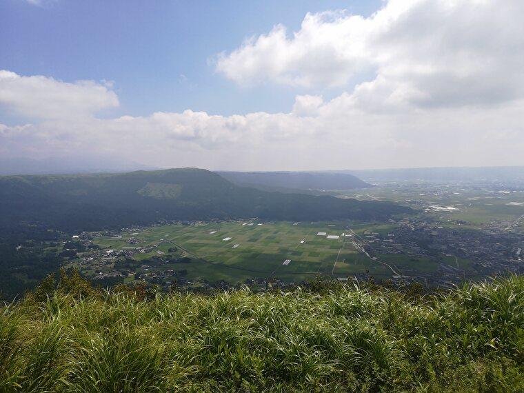 かぶと岩展望所は大観峰と比べるとシンプルで観光客も少なくてとても静かな場所です 阿蘇の町並みや碁盤の目上に広がる田園風景と阿蘇五岳も見渡せます