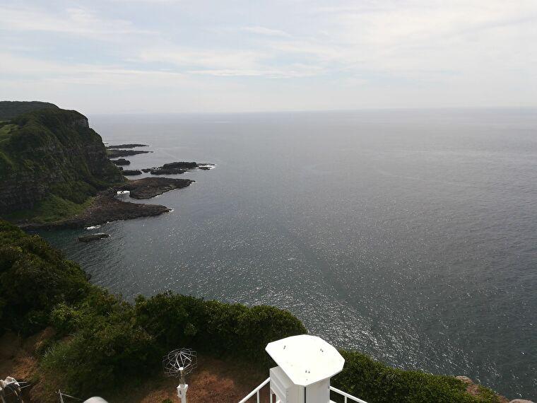 高さはない灯台ですが、いい景色が広がってます 塩俵断崖の反対側から見た景色です