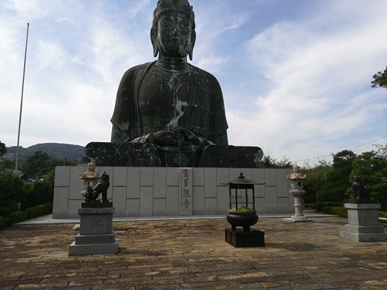 観音像の中に入ることもでき、中には沢山の仏像などが並んでました