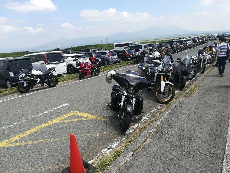 大観峰駐車場に到着 バイクがたくさん並んでます