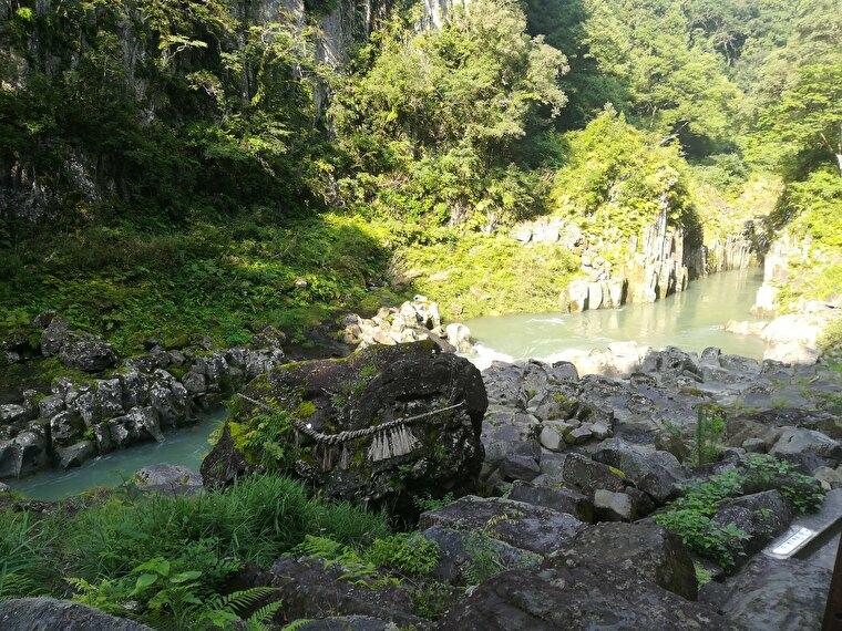 鬼八(きはち)の力石 伝説に残る大荒れしていた神・鬼八が、高千穂神社の御祭神に投げたとされる巨大な石