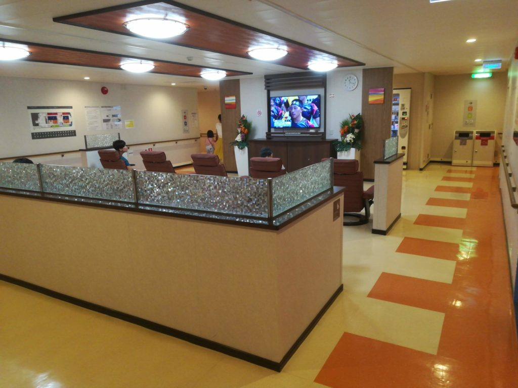 中央部にはテレビを観ることができるリラクゼーションスペースがあります。