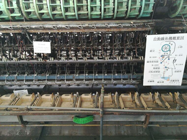 操糸場 内部には昭和40年代以降に設置された自動繰糸機が残されてますが、ビニールシートで覆われていてます